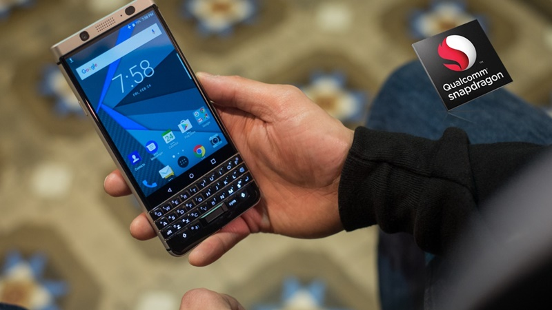 mwc-2017-noi-nay-co-tren-tay-blackberry-keyone-fptshop-1.jpg