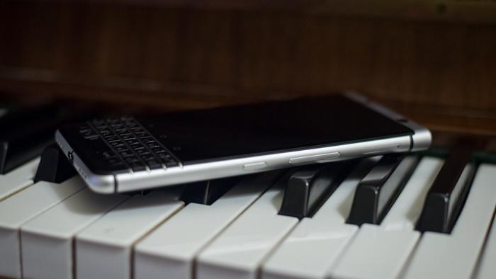 mwc-2017-noi-nay-co-tren-tay-blackberry-keyone-fptshop-7.jpg