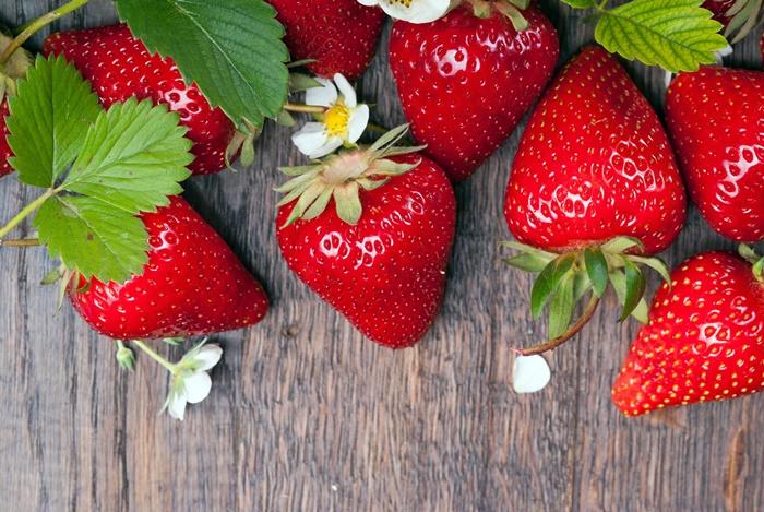 strawberry-wallpaper-(122)-by-twalls.jpg