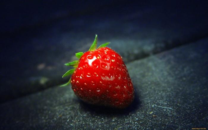 strawberry-wallpaper-(39)-by-twalls.jpg