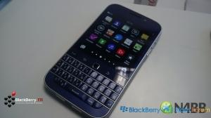 Hình ảnh BlackBerry Classic phiên bản màu vàng đồng và màu xanh