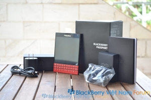 PHOTO Đập hộp Blackberry Passport đỏ phân phối chính hãng tại Việt Nam